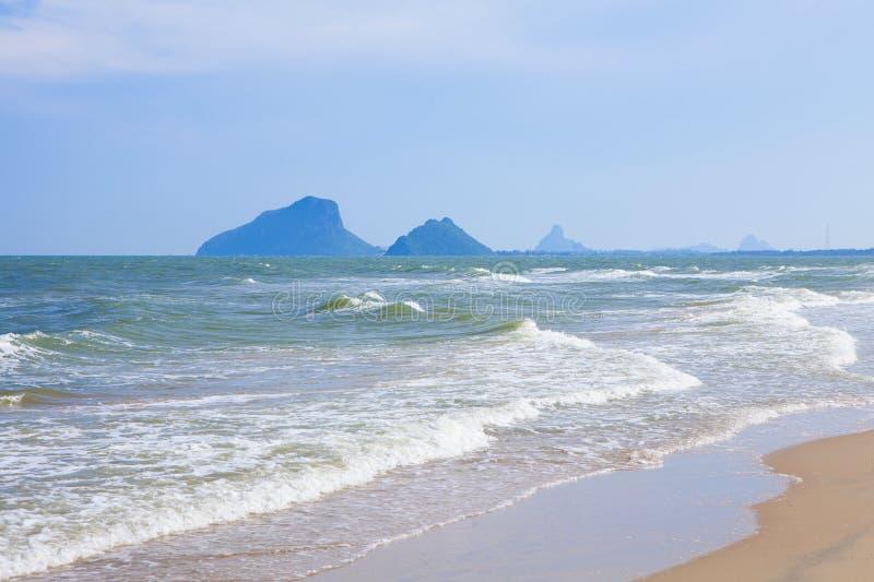 与波浪的海滩 免版税库存照片