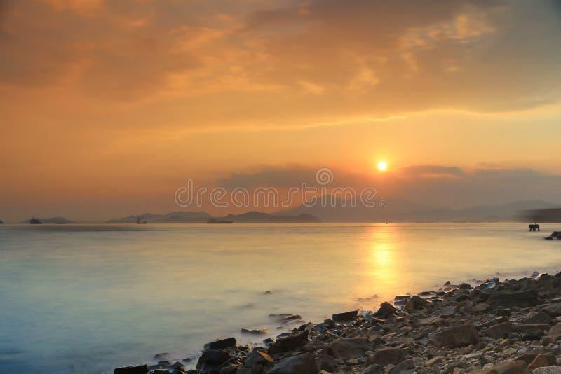 与波浪的石头在含沙海湾 免版税图库摄影