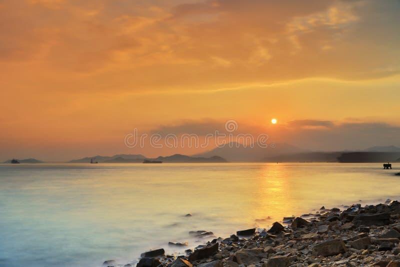 与波浪的石头在含沙海湾 免版税库存照片