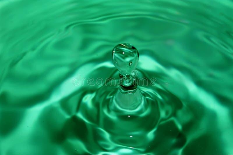 与波浪的绿色水下落表面上 第三 库存图片