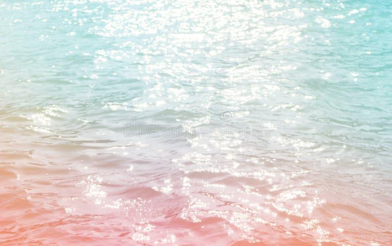 与波纹和阳光反射的水表面 库存图片