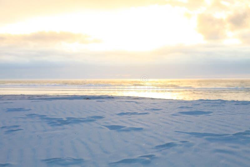 与波纹的白色海滩沙子和波浪构造样式 免版税库存照片