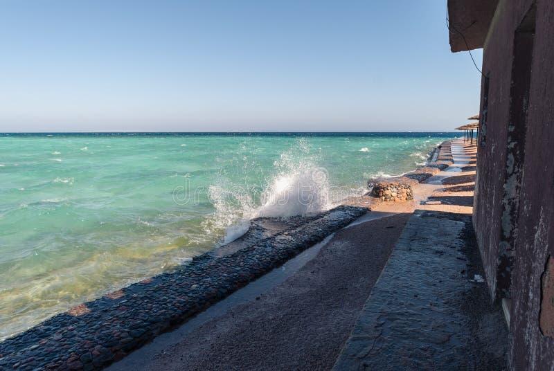 与波纹的美好的清楚的绿松石海海洋水表面和在海景背景的明亮的飞溅,水平 库存图片