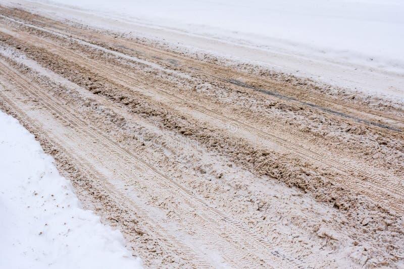 与泥混合的积雪的路,盐,化工试剂和,追踪汽车 库存图片