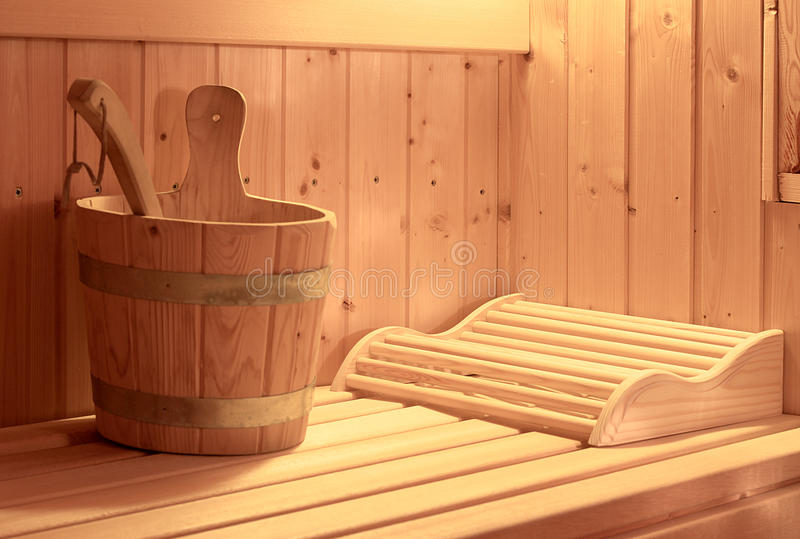 与注入桶的蒸汽浴 库存照片