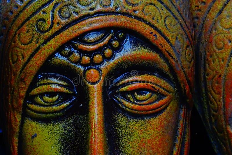 与泪花的农村妇女赤土陶器面具在右眼睛下 免版税库存图片