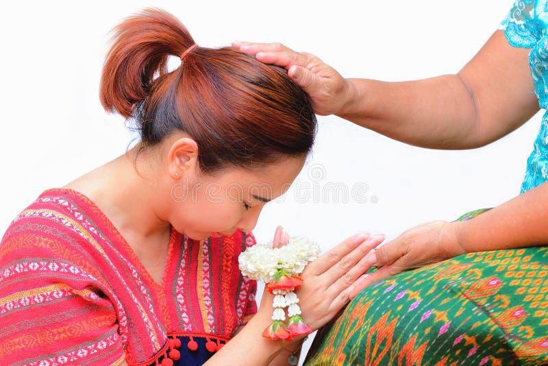 与泰国传统茉莉花诗歌选的妇女薪水尊敬在她的手上 免版税库存图片