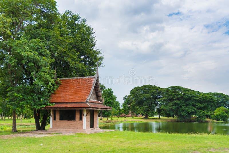 与泰国样式屋顶的泰国现代砖房子组合找出nex 图库摄影