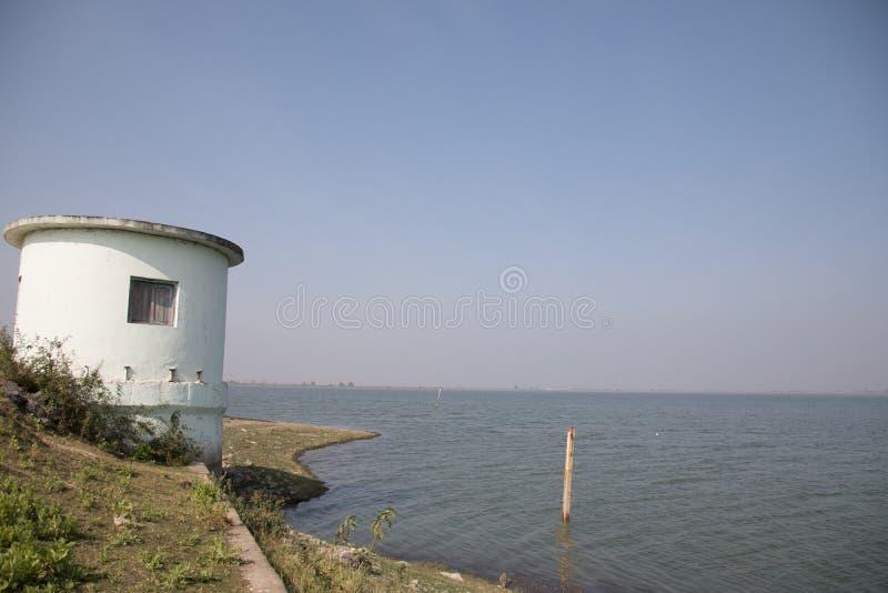 与泵房的湖视图 免版税库存图片