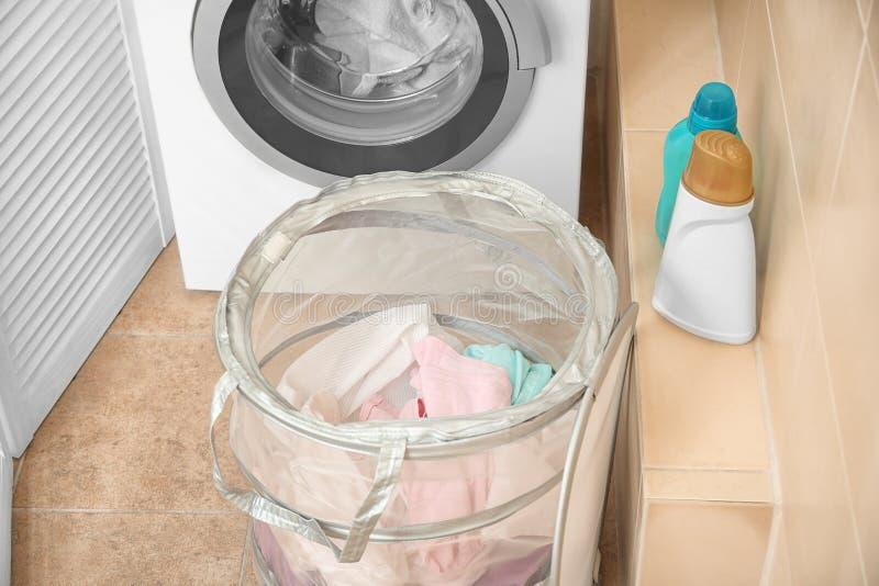 与洗衣店的篮子在洗衣机附近 免版税图库摄影