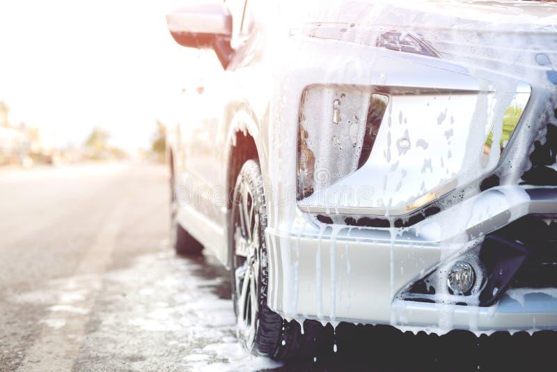 与活跃泡沫肥皂的室外洗车 商业清洗的洗涤物 免版税库存图片