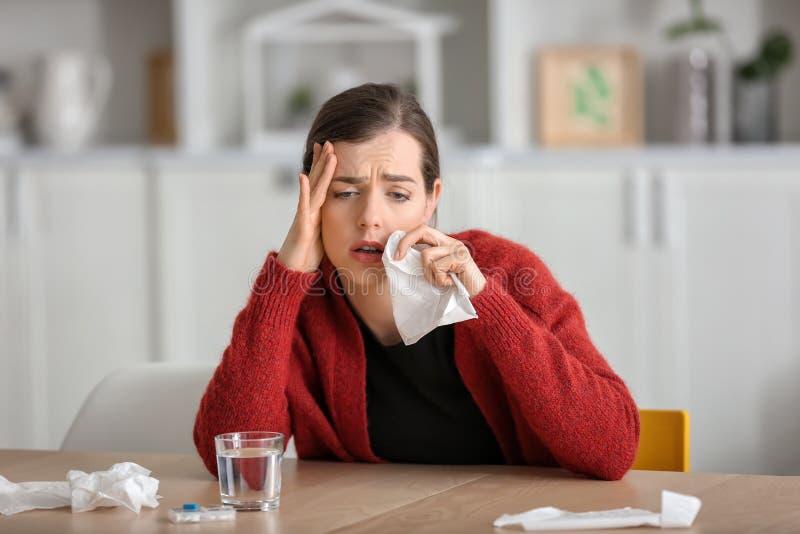 与流感的年轻女人不适在家 免版税库存照片