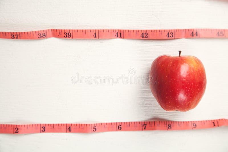 与测量的磁带的苹果计算机 E ?? 库存照片
