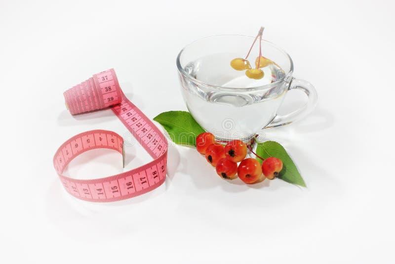 与测量的磁带的莓果 可口家做了饮料用在玻璃的新鲜的莓果 库存照片