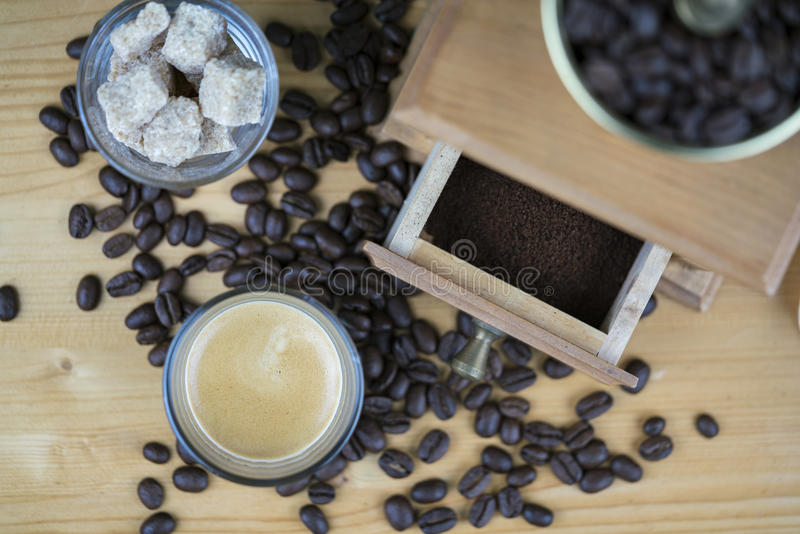 与浓咖啡和糖立方体的磨咖啡器 免版税图库摄影