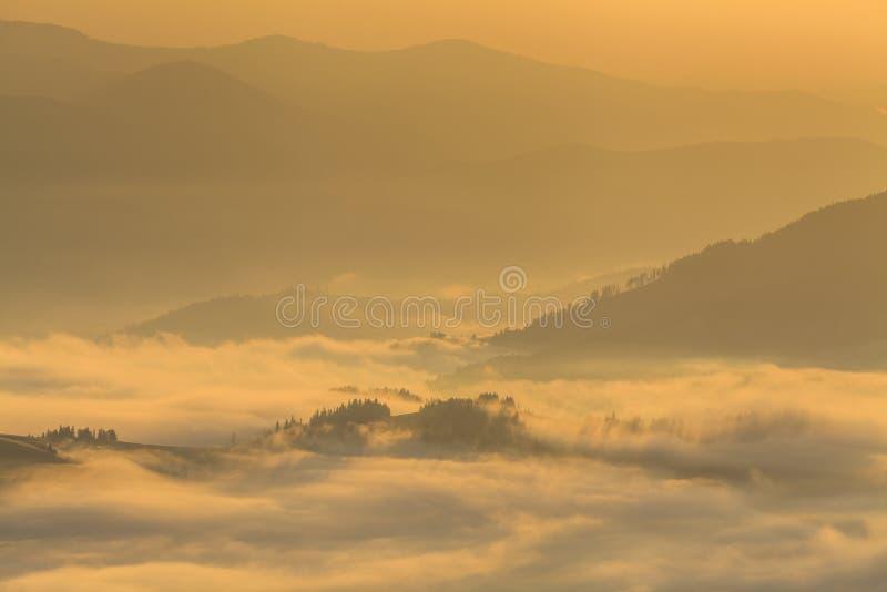 与浓雾的惊人的山风景 免版税库存图片