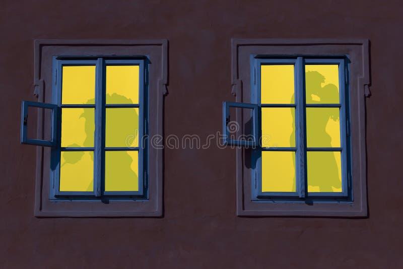 与浪漫人剪影的被点燃的公寓窗口在情人节,夫妇做爱的和嗅到玫瑰的人 免版税图库摄影