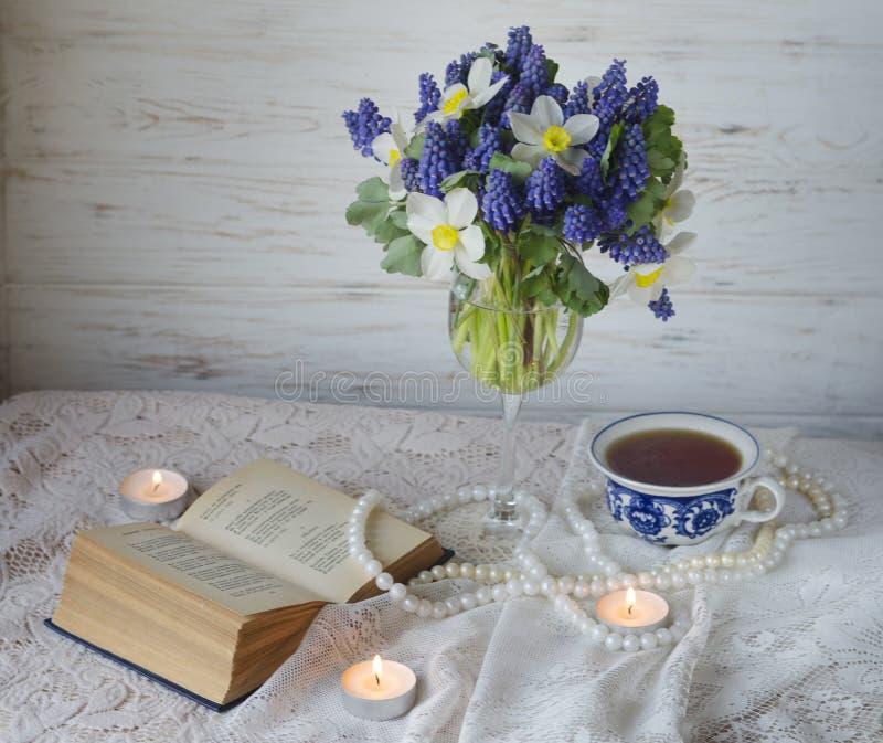 与浪漫花的茶时间 库存照片