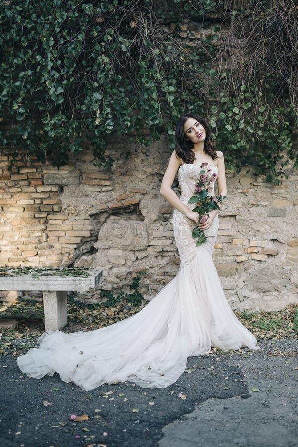 与浪漫花花束的新娘时尚在罗马 免版税图库摄影
