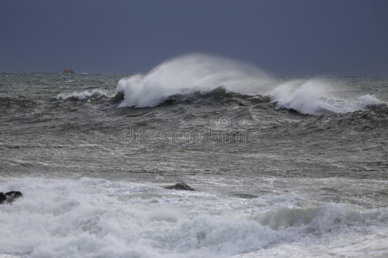 与浪花的风雨如磐的海波浪 免版税库存图片