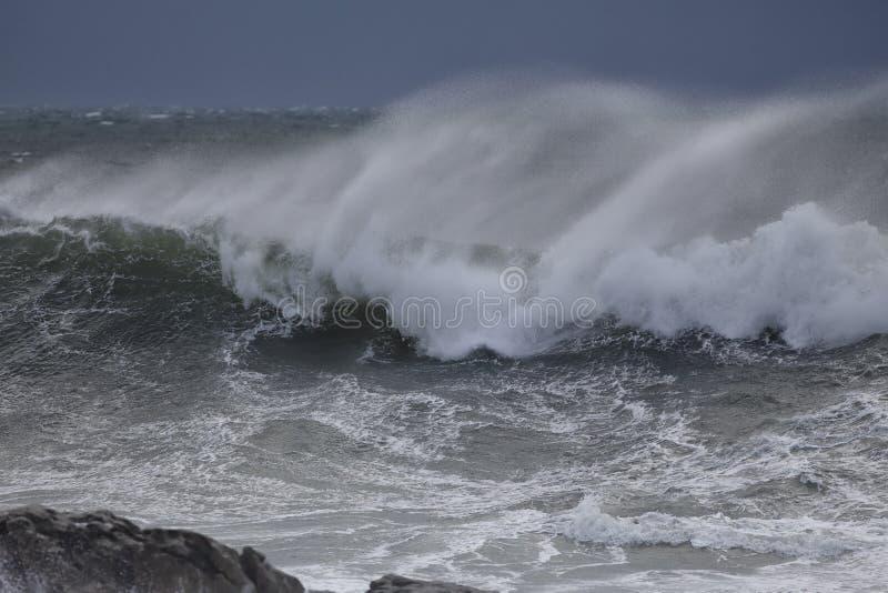 与浪花的风雨如磐的海波浪 免版税库存照片