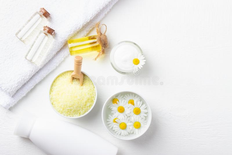 与浴黄海盐、自然奶油和春黄菊的温泉背景 库存照片