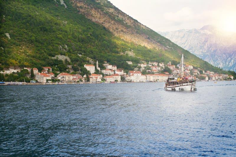 与海和山,游船的美好的风景 海湾在亚得里亚海 Perast -博卡队科托尔海湾岸的,黑山镇 免版税图库摄影