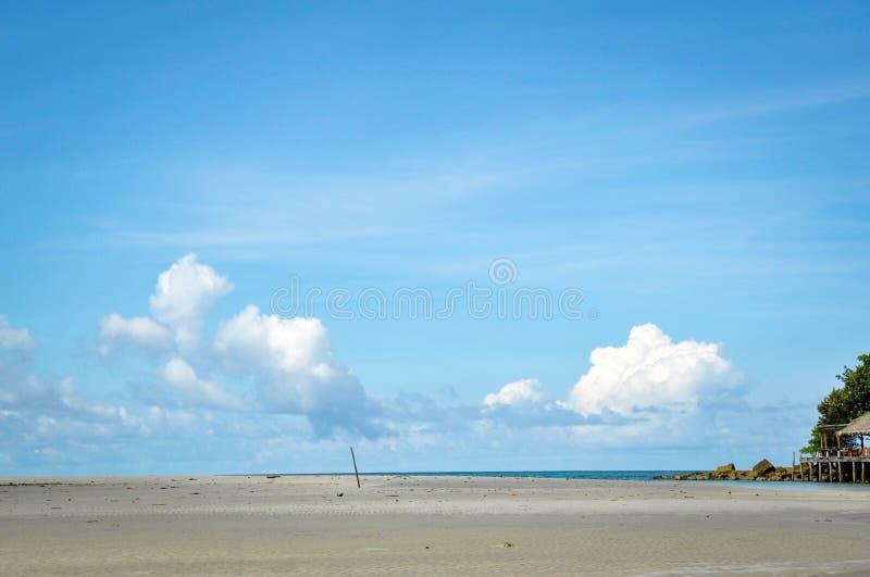 与海和蓝天的偏僻的海滩 免版税库存照片