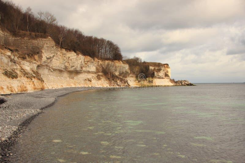 与海和黑暗的天空的Stevns Klint海岸 库存图片