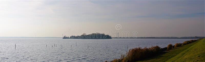 与海岛、堤堰和风车的Wolderwijd 免版税库存照片