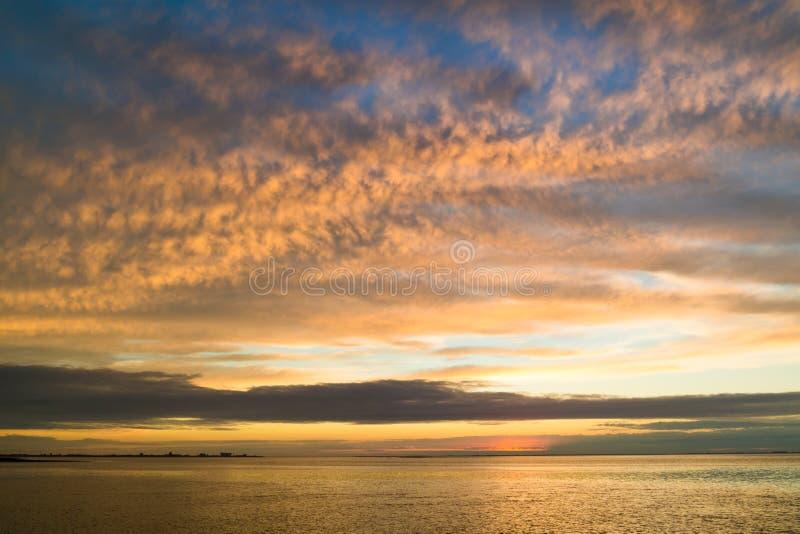 与海岛特塞尔和登海尔德海岸线的Waddensea太阳的 库存照片