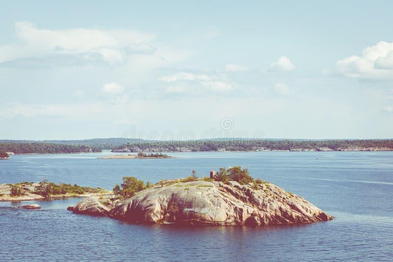 与海岛的美丽如画的风景 在波罗的海 奥兰群岛,芬兰 ?? 免版税库存照片