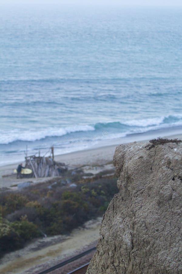 与海洋的峭壁在背景中 免版税库存图片