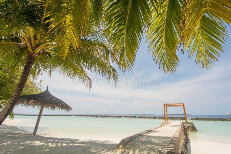 与海洋,蓝天,海岛的小屋的美好的惊人的热带夏天海滩风景视图手段的 免版税库存照片