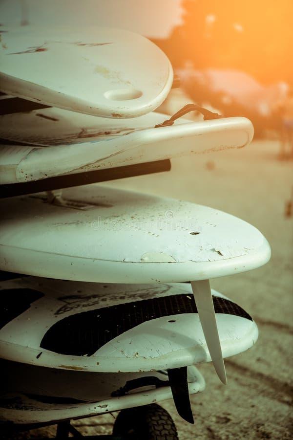 与海浪冲浪板的室外流动立场和风帆冲浪初学者的在学校 库存图片