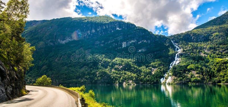 与海湾、瀑布和山的令人惊讶的自然视图 美好的反射 地点:斯堪的纳维亚山脉,挪威 艺术性 免版税库存照片