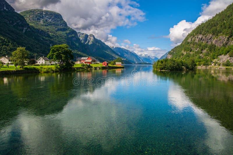 与海湾和山的惊人的自然视图 挪威 免版税图库摄影