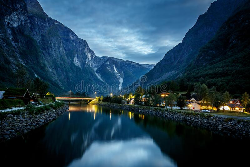 与海湾和山的惊人的自然视图 美好的反映 斯堪的纳维亚山脉,挪威 艺术性的图片 图库摄影
