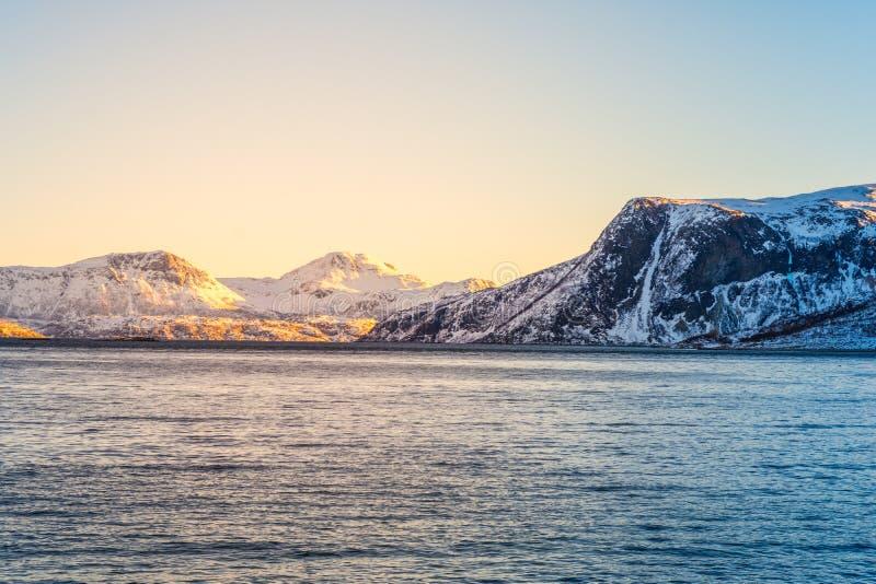 与海湾的挪威语雪山山脉接近特罗姆瑟 库存图片