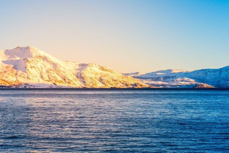与海湾的挪威语雪山山脉接近特罗姆瑟 免版税库存照片