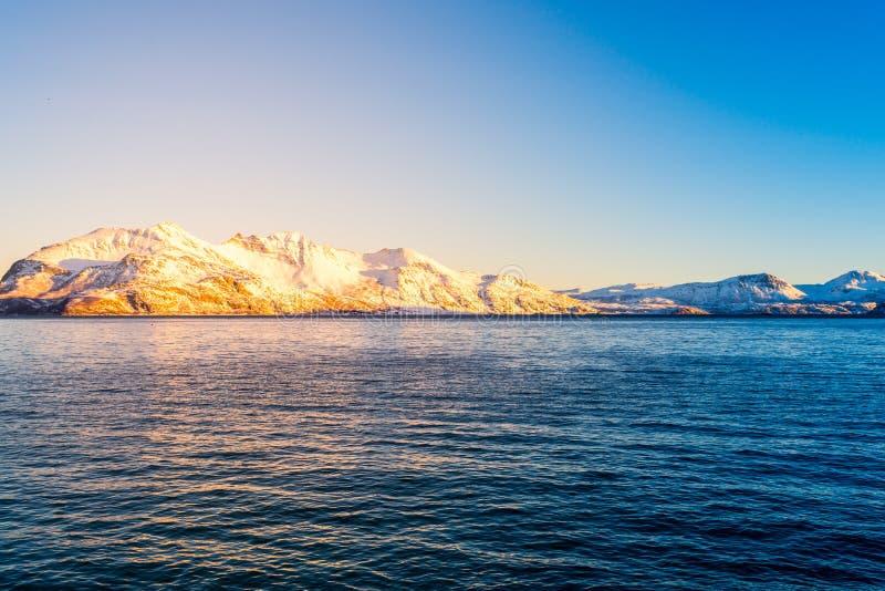 与海湾的挪威语雪山山脉接近特罗姆瑟 库存照片