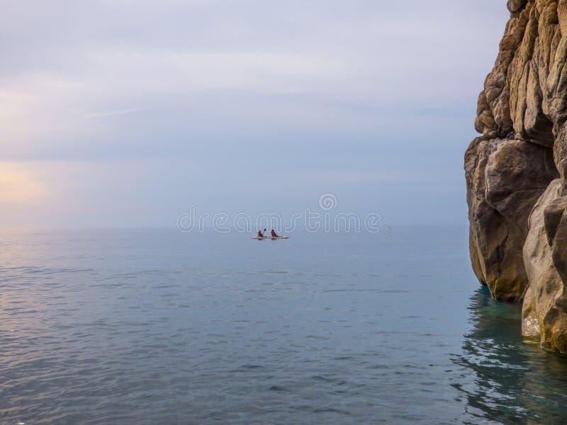与海的晴朗的海滩挥动在品柱Calava,意大利 免版税库存照片