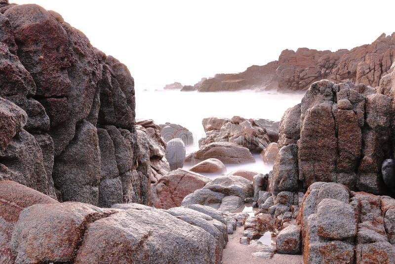 与海的波浪飞溅的岩石的长的曝光摄影在加利西亚海岸 库存图片