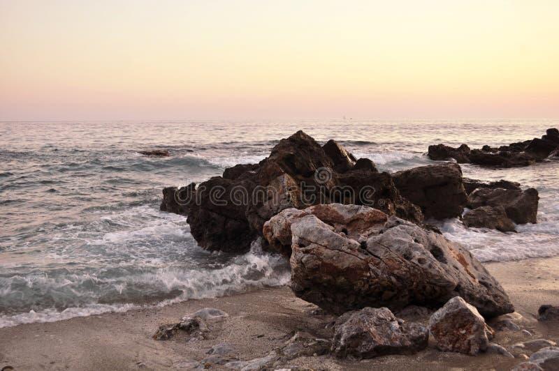 与海的硬岩 免版税库存照片