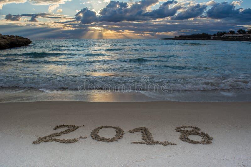 与海的风景日出的和在S 2018年写的标志 库存照片