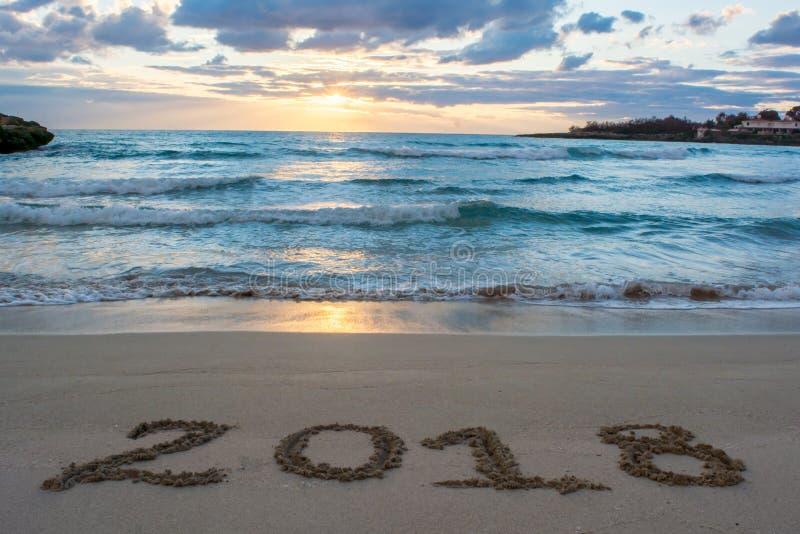 与海的风景日出的和在S 2018年写的标志 库存图片