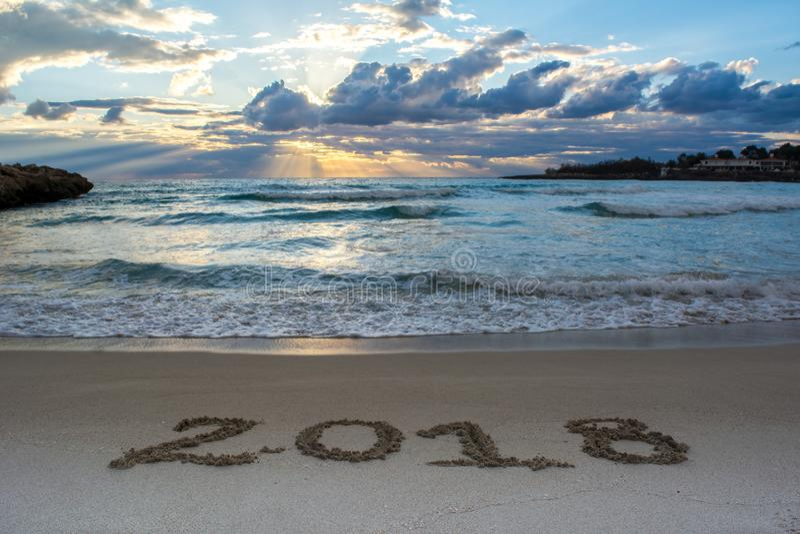 与海的风景日出的和在S 2018年写的标志 免版税库存照片