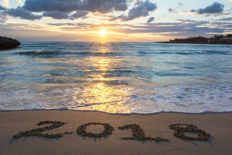 与海的风景日出的和在S 2018年写的标志 免版税库存图片