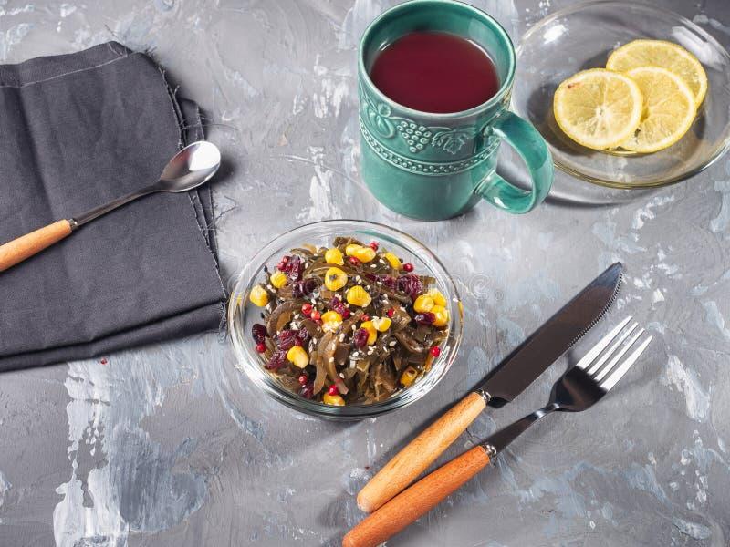 与海草和菜用结页草的清淡的早餐 免版税库存照片