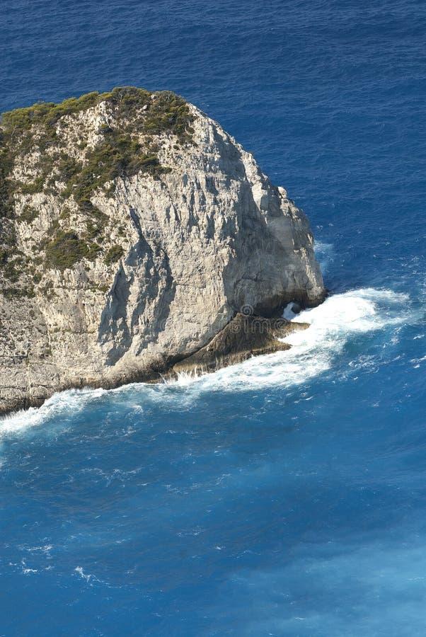 与海难的Navagio海滩反对在扎金索斯州海岛上的日落在希腊 库存照片